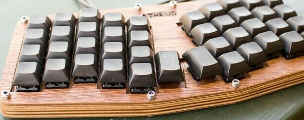 smol wooden mechanical keyboard